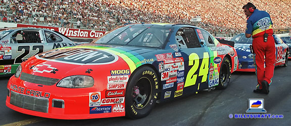 A crew member says a few last words to No. 24 DuPont Chevrolet driver Jeff Gordon right before the drivers start their engines for the 1998 Goody's Headache Powder 500 at Bristol Motor Speedway in Bristol, Tenn. (© 1998 Billy Suratt)
